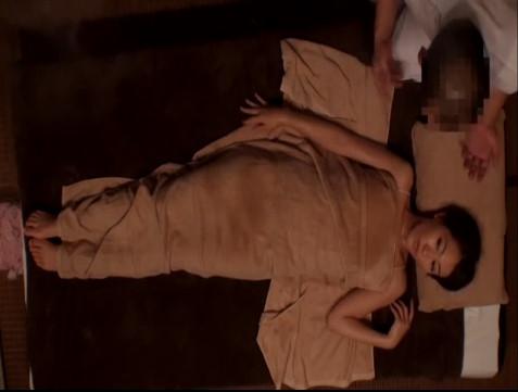 【素人】媚薬オイルで発情しちゃったセレブ系美人妻がマッサージ師に寝取られちゃう盗撮映像
