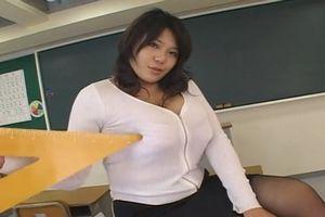 教育者のくせにけしからんぐらい大きな胸をもった女教師が、その自慢の爆乳で生徒を誘惑♡