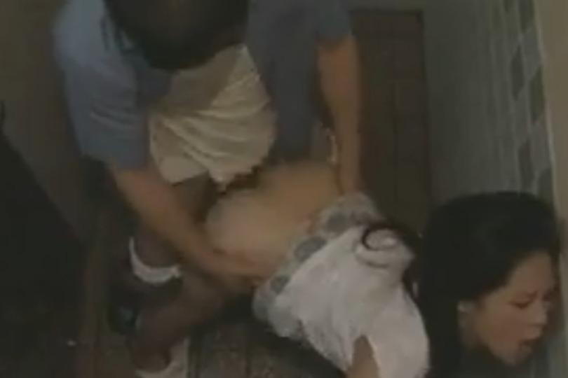 公衆トイレで濃厚セックスするヤリマンお姉さんの後ろからハメまくって隣ではフェラwww