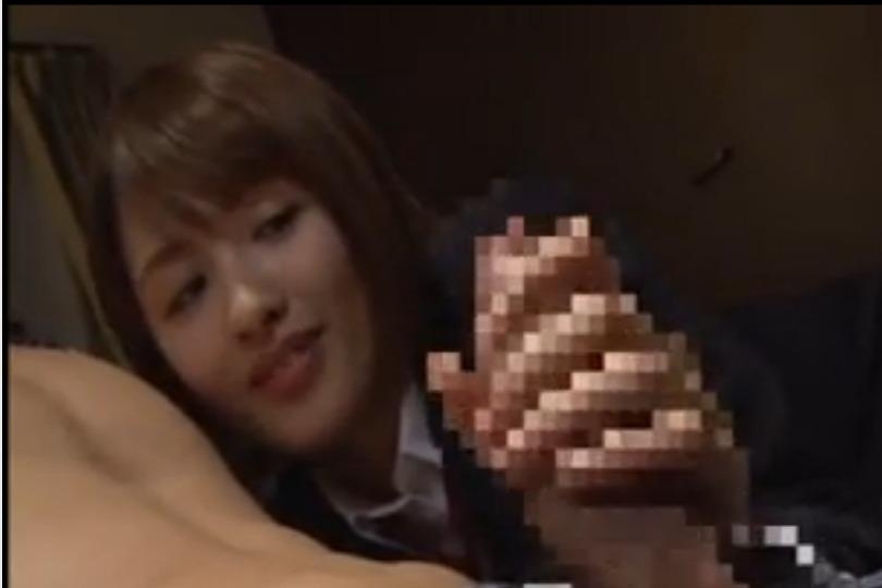 女子校生の妹が制服姿のまま兄のチ○コを手コキで射精www