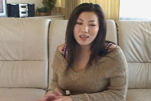 【コスプレの潮ふき・オナニー動画】制服コスを着せたKカップの爆乳女子に、机の角でオナニーさせたったwww