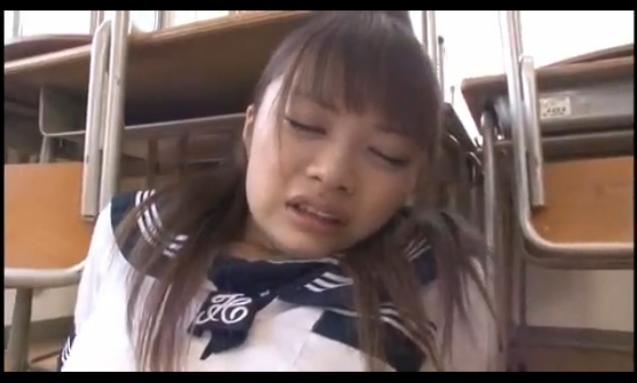 放課後の教室で絶叫イキしちゃった美少女JK。極太チンポでイマラチオ!