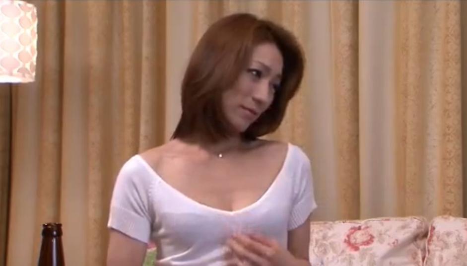 【おばさんの潮ふき・オナニー動画】見るからにエロい人妻おばさん。主人の部下を誘惑しておちんぽパクリッ!