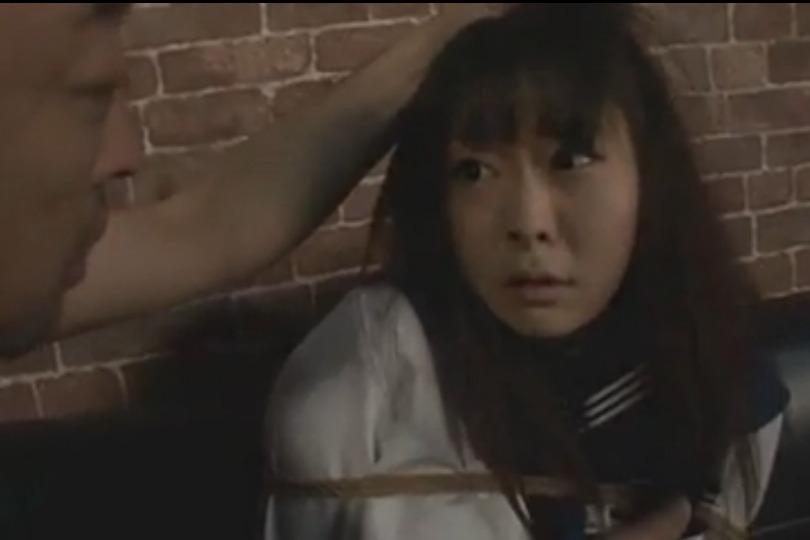 制服姿で調教されちゃう美少女が鼻フックで顔面崩壊する過激SMプレイに股間がアツくなるwww
