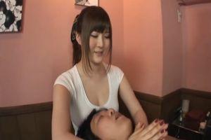 美巨乳娘が、晒したおっぱいを使ってお客様のお顔を癒す♪
