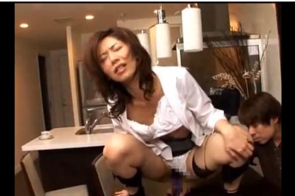 ドMな熟女が騎乗位スタイルでバイブオナニー。変態熟女を寝取る!