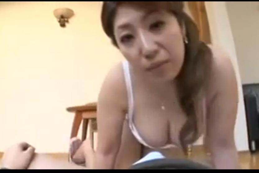 爆乳&美尻を晒してムラムラした息子の勃起チ○コを濃厚フェラで口内射精する淫乱お母さん