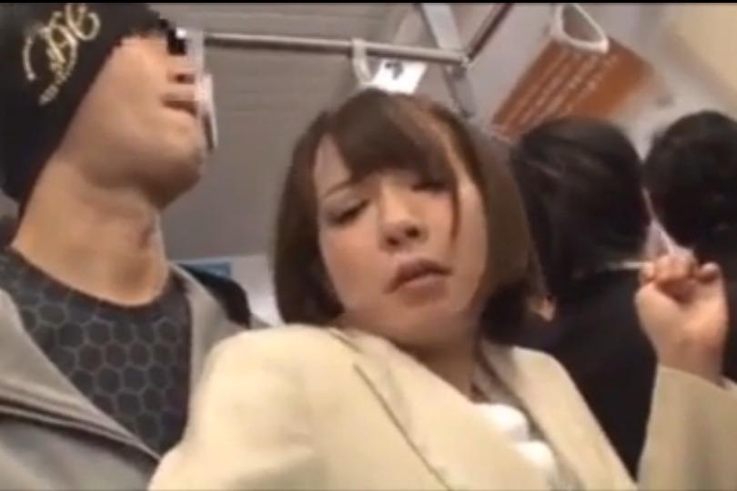 清楚そうなショートヘアした美形OLを満員電車で痴漢レイプ!!