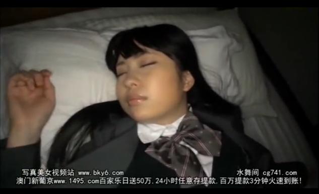 制服姿で寝ているJKにエッチないたずら♪手マンでイカされちゃった♪