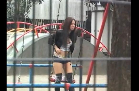 露出しまくりのエロギャルがバイブ突っ込んだまま公園で遊んでるww
