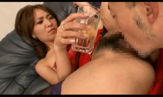 マンコにビールかけてクンニさせる淫乱痴女妻。フェラ顔最高!