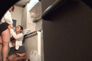 【素人】休憩中に、レズOL二人が給湯室で手マンをしあう光景を隠し撮り!