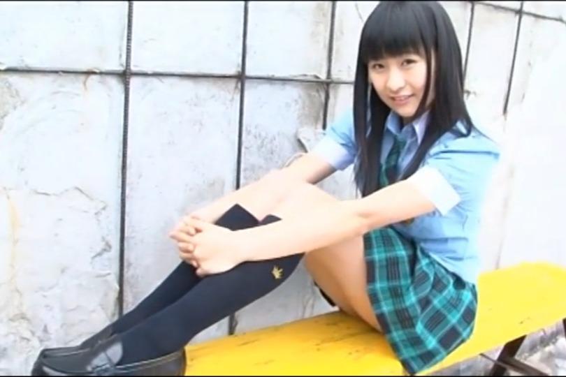 清潔感たっぷりのロリ系美少女のイメージビデオで見せる制服姿が清楚すぎるwww