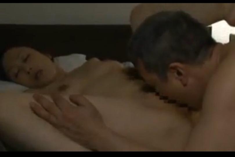 【素人】寝たきりの夫の隣で愛人の勃起チ○コを濃厚フェラしてヤリまくる鬼畜妻