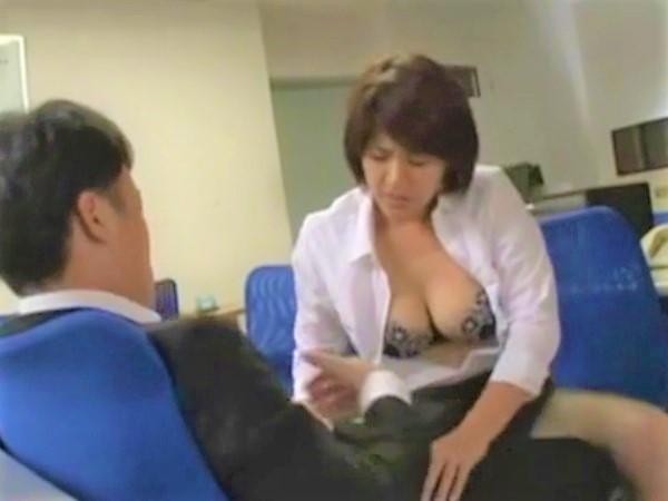 【笹山希】セクハラ上司の勃起チ○コを無理やりフェラする巨乳人妻のむっちりしたカラダがエロすぎてたまらないwww
