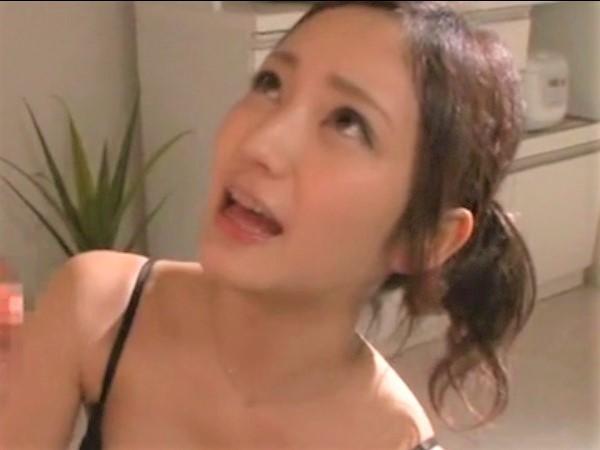 【桃谷エリカ】ロリ顔巨乳のエロ顔で見上げながら手コキされて勃起チ○コから顔射ぶっかけ