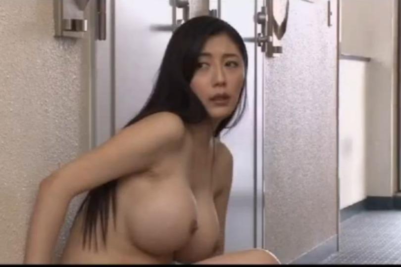 【市来美保】全裸で締め出された巨乳妻のエッチなカラダに近所中がザワザワするwww