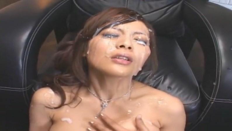 美顔を白濁ザーメンで汚しまくる精子ぶっかけ快楽堪らん