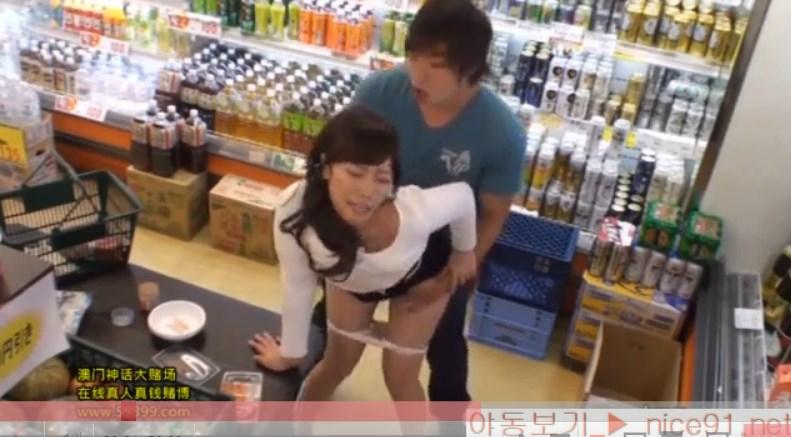【素人】スーパーで買い物中の清楚でおとなしそうな若妻に立ちバックで即ハメ