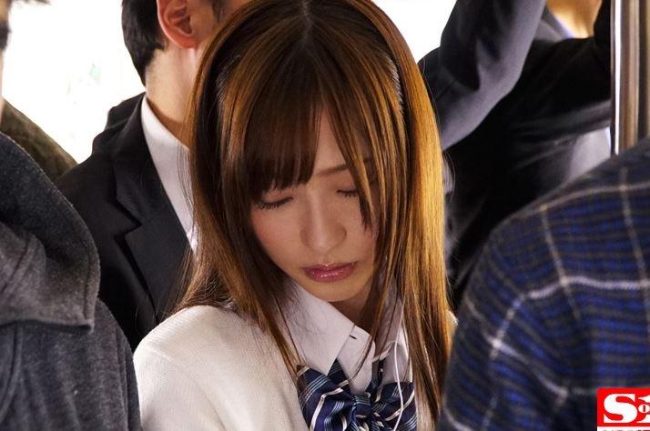 【天使もえ】電車内で美少女JKの美尻を鷲掴み痴漢したったwww