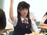 メガネ着衣がとても似合っている美少女JKが生徒たちに無理やり・・