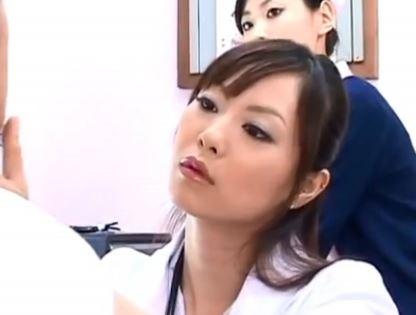 美人女ドクターの時間を止めて指を舐めたり、オマ〇コ舐めたりwww