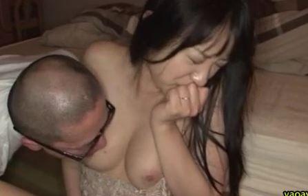 【素人】人妻NTR。深夜旦那と一緒に寝ている人妻をこっそり犯すwww