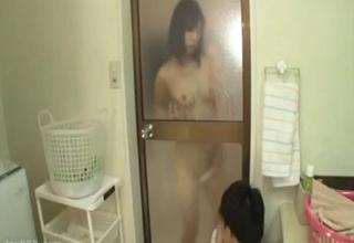 巨乳痴女がお風呂の透けガラス越しに弟にオナニーを見せつけ、誘惑近親相姦セックス。