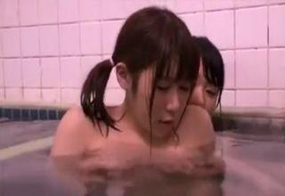 レズが出没する銭湯で入浴!狙われたツインテ巨乳娘が、湯船の中で後ろから身体を弄られてしまうwww