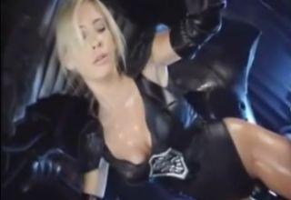 セクシーな衣装に身を包んだブロンドのアメコミヒロインが、敵に捕まって淫らな拷問をうける!!