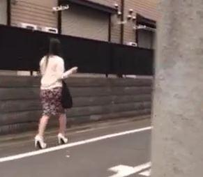 昼間1人歩く女に背後から近づき拉致、レイプ場に連れ込み輪姦スタートwww