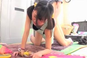 明らかに痛がってるパイパン美少女のオマ○コに突っ込んだ勃起チ○コを激しく出し挿れする変態野郎!!
