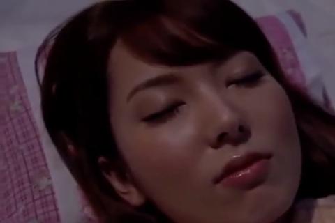 【波多野結衣】兄貴が寝ている隙に美人な兄嫁を寝取った弟w