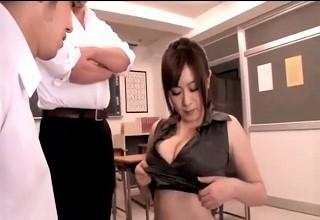 スレンダー&巨乳のエッチなカラダの女教師が男子生徒に脅されてパイズリ&フェラ強要