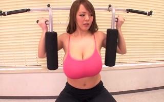 【田中瞳】爆乳インストラクターのエクササイズはおっぱい揺らして性欲を刺激する!?
