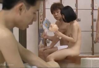男風呂にお父さんと入ってきた女の子♡父親にバレないように変態達に犯されるww