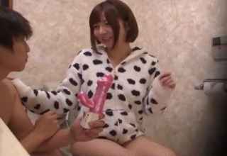 【佐倉絆】オシッコしようと便座に座る美少女を極太バイブで迫ってみたwww