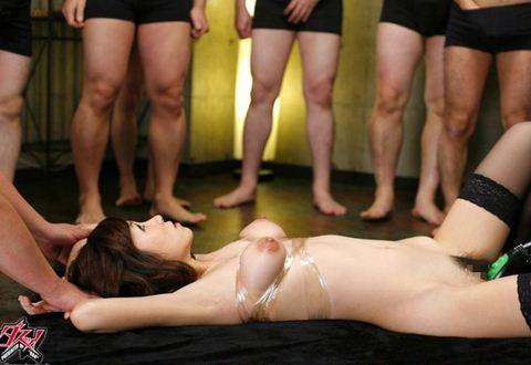 【宮坂レイア】ぶっかけ動画wスレンダー美人お姉さんを取り囲む汁男優たちwww