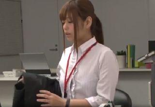 【紺野ひかる】残業中のオフィスで一人きりになった途端に湧き上がってくる異常な性癖!