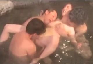 【素人】無防備に混浴温泉に浸かったばっかりに集団レ○プされちゃう巨乳妻!?イマラチオされながらクンニでアヘ顔見せてるんだけど感じちゃってる??