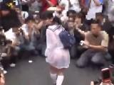 メガネ着衣娘が下着が透ける制服を着て街中を闊歩wこんな時代もあ~たね~っと♪