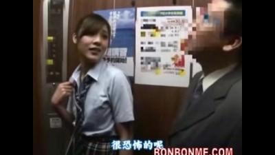 【素人】エレベーターに閉じ込められて居合わせたサラリーマンとセックスするJK