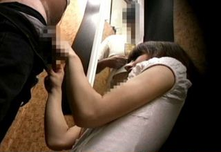【素人】試着室で可愛い店員さんと2人きりw勃起マラをアピールwww