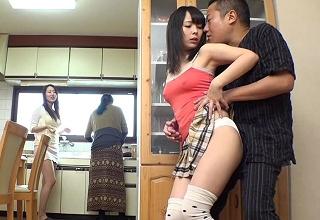 パンツ丸見ミニスカ娘に我慢できなくなっちゃった親父が、母親に隠れて近親相姦セックス三昧wwwwww