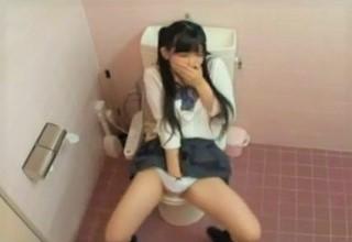 【素人】トイレでオナニーする女子校生を偶然盗撮??必死に声を抑える様子が気持ち良さを想像させるwww