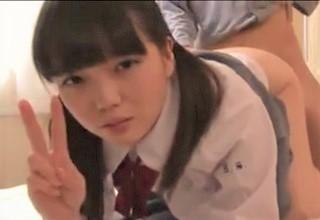 【素人】ハメ撮りされてラリった美少女がカメラ目線でピースサイン!?シュールすぎてちょっと怖いレベルに…