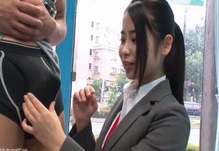 MM号内で男性のモノをチェックする女性社員二人。シゴいて勃たせてサイズを確かめ、ついでに味の方もw
