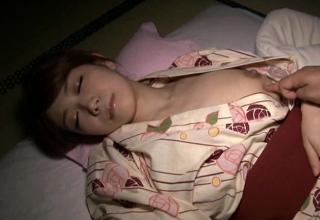 【みなせ優夏】寝ている浴衣美人な人妻を夜這い。浴衣の下はノーブラノーパンなSEXY妻w