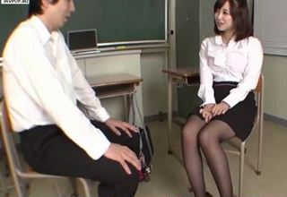 【篠田ゆう】激かわ女教師と放課後の教室で2人きりwww