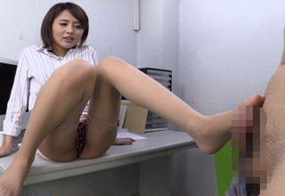【夏目優希】美脚お姉さんのタイトスカートから伸びる脚を堪能、痴女足コキwww